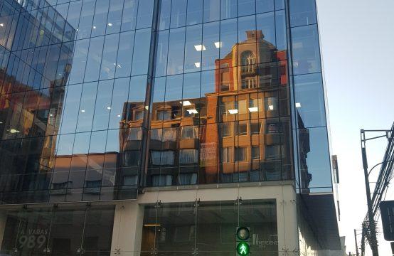 Se arrienda linda oficina en edificio capital